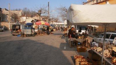 Thursday market: Marché de La Bastide de Sérou (© By Efca Prod (Self-photographed) [CC BY-SA 3.0 (http://creativecommons.org/licenses/by-sa/3.0)], via Wikimedia Commons (original photo: https://commons.wikimedia.org/wiki/File:March%C3%A9_de_La_Bastide_de_S%C3%A9rou.jpg))