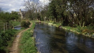 River Windrush at Bourton-on-the-Water  (© © Copyright Trevor Rickard (https://www.geograph.org.uk/profile/14530) and licensed for reuse (http://www.geograph.org.uk/reuse.php?id=453742) under this Creative Commons Licence (https://creativecommons.org/licenses/by-sa/2.0/).)