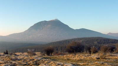 Puy de Dome (Massif central) (© By Alain Rigaïl (Own work) [CC BY-SA 2.0 fr (http://creativecommons.org/licenses/by-sa/2.0/fr/deed.en)], via Wikimedia Commons (original photo: https://commons.wikimedia.org/wiki/File:Puy_de_dome_2001-12-15.jpg))