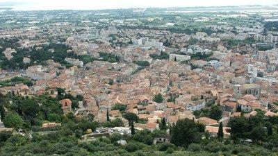 Hyeres vieille ville (© By Denis Biette (by Denis Biette) [CC BY-SA 2.5 (http://creativecommons.org/licenses/by-sa/2.5) or CC BY-SA 2.5 (http://creativecommons.org/licenses/by-sa/2.5)], via Wikimedia Commons (original photo: https://commons.wikimedia.org/wiki/File:Hyeres_vieille_ville2.JPG))