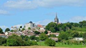 Villebois-Lavalette_16_Village_vue_ouest_2013