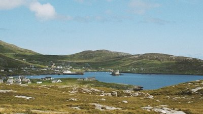 Isle of Barra - Castlebay (© By Evelyn und Robert Wirth [GFDL (http://www.gnu.org/copyleft/fdl.html) or CC-BY-SA-3.0 (http://creativecommons.org/licenses/by-sa/3.0/)], via Wikimedia Commons (GFDL copy: https://en.wikipedia.org/wiki/GNU_Free_Documentation_License, original photo: https://commons.wikimedia.org/wiki/File:Isle_of_barra-castlebay.jpg))