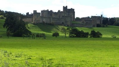 Alnwick Castle (© © Copyright Ray Byrne (https://www.geograph.org.uk/profile/783) and licensed for reuse (http://www.geograph.org.uk/reuse.php?id=18440) under this Creative Commons Licence (https://creativecommons.org/licenses/by-sa/2.0/).)