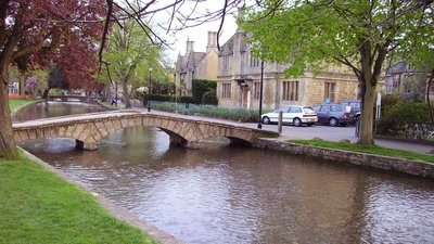 Bourton on the Water (© Ballista at the English language Wikipedia [GFDL (http://www.gnu.org/copyleft/fdl.html) or CC-BY-SA-3.0 (http://creativecommons.org/licenses/by-sa/3.0/)], via Wikimedia Commons (GFDL copy: https://en.wikipedia.org/wiki/GNU_Free_Documentation_License, original photo: https://commons.wikimedia.org/wiki/File:Bourton_on_the_Water_6.JPG))