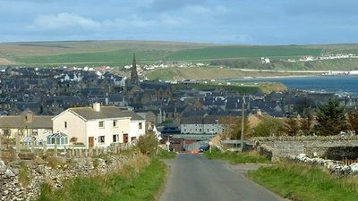 Thurso from the hill at Mountpleasant (© Dorcas Sinclair [CC BY-SA 2.0 (https://creativecommons.org/licenses/by-sa/2.0)], via Wikimedia Commons (original photo: https://commons.wikimedia.org/wiki/File:Thurso_from_the_hill_at_Mountpleasant_-_geograph.org.uk_-_8869.jpg))