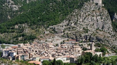 Entrevaux Alpes de Haute Provence (© By JialiangGao www.peace-on-earth.org (Own work) [GFDL (http://www.gnu.org/copyleft/fdl.html) or CC BY-SA 4.0-3.0-2.5-2.0-1.0 (http://creativecommons.org/licenses/by-sa/4.0-3.0-2.5-2.0-1.0)], via Wikimedia Commons (GFDL copy: https://en.wikipedia.org/wiki/GNU_Free_Documentation_License, original photo: https://commons.wikimedia.org/wiki/File:Entrevaux_Alpes_de_Haute_Provence_France.jpg))