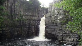 High Force waterfall close to the caravan park (© By User:Peanut4 [Public domain], from Wikimedia Commons)