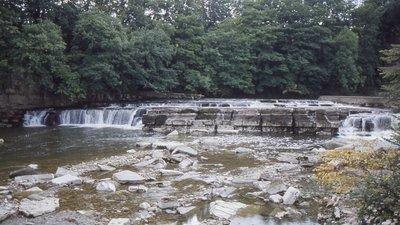 Waterfalls on the River Swale  (© © Copyright Richard Sutcliffe (https://www.geograph.org.uk/profile/120387) and licensed for reuse (http://www.geograph.org.uk/reuse.php?id=5637726) under this Creative Commons Licence (https://creativecommons.org/licenses/by-sa/2.0/).)