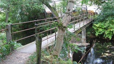 Footbridge at a door works yard in Penistone (© Dave Bevis/Penistone - footbridge at door works yard (original photo: https://commons.wikimedia.org/wiki/File:Footbridge_at_a_door_works_yard_in_Penistone,_South_Yorkshire.jpg))
