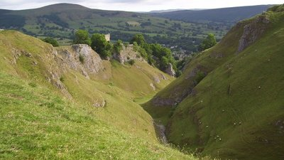 Cave Dale at Castleton  (© © Copyright Martin Speck (https://www.geograph.org.uk/profile/26878) and licensed for reuse (http://www.geograph.org.uk/reuse.php?id=1959969) under this Creative Commons Licence (https://creativecommons.org/licenses/by-sa/2.0/).)