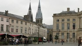 Châlons-en-Champagne panorama (© By Grenouille vert (Own work) [CC BY-SA 3.0 (http://creativecommons.org/licenses/by-sa/3.0) or GFDL (http://www.gnu.org/copyleft/fdl.html)], via Wikimedia Commons (GFDL copy: https://en.wikipedia.org/wiki/GNU_Free_Documentation_License, original photo: https://commons.wikimedia.org/wiki/File:Ch%C3%A2lons-en-Champagne_panorama.jpg))