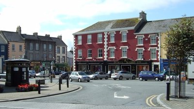 Kilrush town centre (© Simon Huguet [CC BY-SA 2.0 (http://creativecommons.org/licenses/by-sa/2.0)], via Wikimedia Commons (original photo: https://commons.wikimedia.org/wiki/File:Kilrush_town_centre_-_geograph.org.uk_-_1514885.jpg))