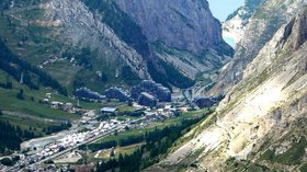 In the local area - Val d'Isère (© By No machine-readable author provided. Philipendula assumed (based on copyright claims). [GFDL (http://www.gnu.org/copyleft/fdl.html), CC-BY-SA-3.0 (http://creativecommons.org/licenses/by-sa/3.0/) or CC BY-SA 2.5-2.0-1.0 (http://creativecommons.org/licenses/by-sa/2.5-2.0-1.0)], via Wikimedia Commons (GFDL copy: https://en.wikipedia.org/wiki/GNU_Free_Documentation_License, original photo: https://commons.wikimedia.org/wiki/File:Val_d'Is%C3%A8re_France_2.jpg))