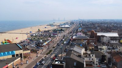 Aerial View of Great Yarmouth (© By Norfolkadam (Own work) [CC BY-SA 3.0 (https://creativecommons.org/licenses/by-sa/3.0) or GFDL (http://www.gnu.org/copyleft/fdl.html)], via Wikimedia Commons (GFDL copy: https://en.wikipedia.org/wiki/GNU_Free_Documentation_License, original photo: https://commons.wikimedia.org/wiki/File:Aerial_View_of_Great_Yarmouth.jpg))