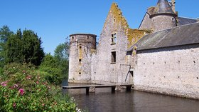 Attraction in the region - Deux-Sèvres - Beaulieu sous Parthenay - Le château (© By Zewan (Own work) [GFDL (http://www.gnu.org/copyleft/fdl.html) or CC BY-SA 3.0 (http://creativecommons.org/licenses/by-sa/3.0)], via Wikimedia Commons (GFDL copy: https://en.wikipedia.org/wiki/GNU_Free_Documentation_License, original photo: https://commons.wikimedia.org/wiki/File:France_-_Deux-S%C3%A8vres_-_Beaulieu_sous_Parthenay_-_Le_ch%C3%A2teau_2.JPG))