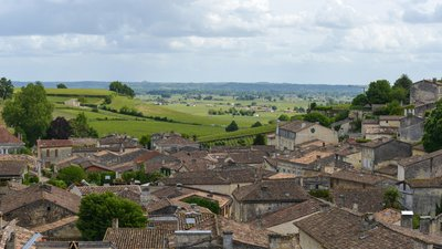 Saint-Émilion, Gironde (© By Gilles Messian from Paris, France (Saint-Émilion, Gironde, France) [CC BY 2.0 (http://creativecommons.org/licenses/by/2.0)], via Wikimedia Commons (original photo: https://commons.wikimedia.org/wiki/File:Saint-%C3%89milion,_Gironde,_France_(22083145210).jpg))