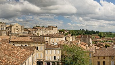 Panorama de Saint Emilion - Gironde (© By Didier Descouens (Own work) [CC BY-SA 4.0 (http://creativecommons.org/licenses/by-sa/4.0)], via Wikimedia Commons (original photo: https://commons.wikimedia.org/wiki/File:Panorama_de_Saint_Emilion_-_Gironde.jpg))