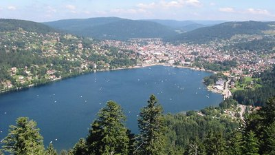 Gerardmer vue de Merelle (© By Copyright © Christian Amet (Uploaded by Cham) [CC BY 2.5 (http://creativecommons.org/licenses/by/2.5)], via Wikimedia Commons (original photo: https://commons.wikimedia.org/wiki/File:Gerardmer_vue_de_Merelle.jpg))