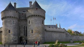 La ville fortifiée de Guérande (© By Olga.Mach (Own work) [CC BY-SA 4.0 (http://creativecommons.org/licenses/by-sa/4.0)], via Wikimedia Commons (original photo: https://commons.wikimedia.org/wiki/File:La_ville_fortifi%C3%A9e_de_Gu%C3%A9rande.jpg))