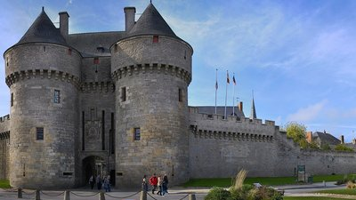 La ville fortifiée de Guérande (© By Olga.Mach (Own work) [CC BY-SA 4.0 (http://creativecommons.org/licenses/by-sa/4.0)], via Wikimedia Commons (original photo: https://commons.wikimedia.org/wiki/File:La_ville_fortifi%C3%A9e_de_Gu%C3%A9rande.jpg))