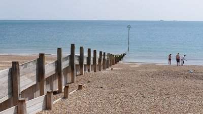 Hayling Island Beach (© © Copyright Alan Hunt (http://www.geograph.org.uk/profile/43457) and licensed for reuse (http://www.geograph.org.uk/reuse.php?id=4985076)  under this Creative Commons Licence (https://creativecommons.org/licenses/by-sa/2.0/).)
