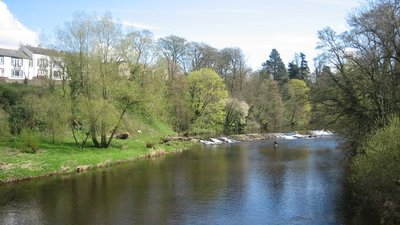 Weir on River Eden, Appleby (© © Copyright Paul Harris (https://www.geograph.org.uk/profile/40362) and licensed for reuse (http://www.geograph.org.uk/reuse.php?id=1675675) under this Creative Commons Licence (https://creativecommons.org/licenses/by-sa/2.0/).)