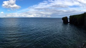 Panorama of the bay at Dunmore East, County Waterford, Ireland (© Rodelaudio [CC BY-SA 4.0 (https://creativecommons.org/licenses/by-sa/4.0)], from Wikimedia Commons (original photo: https://commons.wikimedia.org/wiki/File:Panorama_of_the_bay_at_Dunmore_East,_County_Waterford,_Ireland_-_2017.jpg))