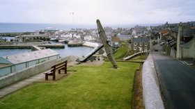 The fishing town of Macduff in Banffshire near the caravan site (© james denham [CC BY-SA 2.0 (https://creativecommons.org/licenses/by-sa/2.0)], via Wikimedia Commons (original photo: https://commons.wikimedia.org/wiki/File:The_fishing_town_of_Macduff_in_Banffshire_-_geograph.org.uk_-_1269654.jpg))