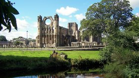 Elgin cathedral near the holiday park (© Billreid at English Wikipedia [CC BY-SA 2.5-2.0-1.0 (https://creativecommons.org/licenses/by-sa/2.5-2.0-1.0), GFDL (http://www.gnu.org/copyleft/fdl.html) or CC-BY-SA-3.0 (http://creativecommons.org/licenses/by-sa/3.0/)], via Wikimedia Commons (GFDL copy: https://en.wikipedia.org/wiki/GNU_Free_Documentation_License, original photo: https://commons.wikimedia.org/wiki/File:Elgin_cathedral_2.jpg))