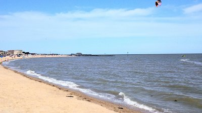 Clacton-on-Sea - West Beach (© By Romazur (Own work) [CC BY-SA 4.0 (http://creativecommons.org/licenses/by-sa/4.0)], via Wikimedia Commons (original photo: https://commons.wikimedia.org/wiki/File:Clacton-on-Sea_West-Beach.jpg))