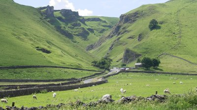 Winnats Pass, Castleton (© By Dave Pape [Public domain], from Wikimedia Commons)
