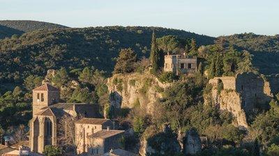 In the region - Cirque de Mourèze, Hérault (© Photo: Christian Ferrer/Wikimedia Commons, via Wikimedia Commons (original photo: https://commons.wikimedia.org/wiki/File:Cirque_de_Mour%C3%A8ze,_H%C3%A9rault_30.jpg))