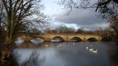 Bridge over River Wharfe at Otley (© By Somerset Youth [Public domain], from Wikimedia Commons)