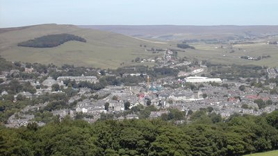 Buxton View From Peakdistrict (© Onofre_Bouvila [CC BY 2.5 (http://creativecommons.org/licenses/by/2.5)], via Wikimedia Commons (original photo: https://commons.wikimedia.org/wiki/File:Buxton_View_From_Peakdistrict.jpg))