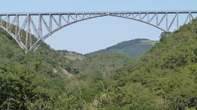 Arc central du viaduc du Viaur (© By Thérèse Gaigé (Own work) [CC BY-SA 3.0 (http://creativecommons.org/licenses/by-sa/3.0)], via Wikimedia Commons (original photo: https://commons.wikimedia.org/wiki/File:Arc_central_du_viaduc_du_Viaur.JPG))