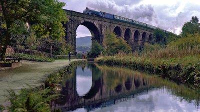 Saddleworth Viaduct (© By David Ingham from Bury, Lancashire, England (02803) [CC BY-SA 2.0 (https://creativecommons.org/licenses/by-sa/2.0)], via Wikimedia Commons (original photo: https://commons.wikimedia.org/wiki/File:4498_SIR_NIGEL_GRESLEY_crosses_Saddleworth_Viaduct.jpg))