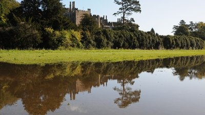 Berkeley Castle reflected in flood water  (© © Copyright Philip Halling (https://www.geograph.org.uk/profile/1837) and licensed for reuse (http://www.geograph.org.uk/reuse.php?id=3170884) under this Creative Commons Licence (https://creativecommons.org/licenses/by-sa/2.0/).)