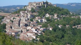 Cordes sur ciel vue du Grain de Sel (© By Adrien Béron (Own work) [CC BY-SA 1.0 (http://creativecommons.org/licenses/by-sa/1.0)], via Wikimedia Commons (original photo: https://commons.wikimedia.org/wiki/File:Cordes_sur_ciel_vue_du_Grain_de_Sel.jpg))