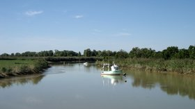 Between Loire river and Canal, e la Martinière, near Paimbœuf, département de la Loire-Atlantique, France - panorama (© Maarten Sepp [CC BY-SA 3.0 (http://creativecommons.org/licenses/by-sa/3.0)], via Wikimedia Commons (original photo: https://commons.wikimedia.org/wiki/File:Between_Loire_river_and_Canal_de_la_Martini%C3%A8re,_near_Paimb%C5%93uf,_d%C3%A9partement_de_la_Loire-Atlantique,_France._-_panoramio.jpg))