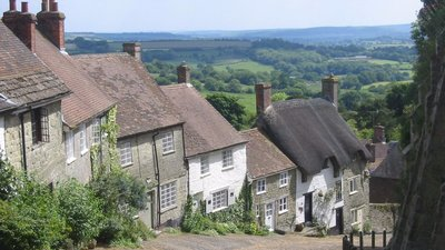 Gold Hill, Shaftsbury, Dorset (© By The original uploader was Skez at English Wikipedia (Transferred from en.wikipedia to Commons.) [CC BY-SA 2.0 (http://creativecommons.org/licenses/by-sa/2.0)], via Wikimedia Commons (original photo: https://commons.wikimedia.org/wiki/File:Gold_Hill,_Shaftsbury,_Dorset,_England.JPG))