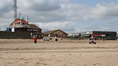 Ingoldmells Beach (© Tony Atkin [CC BY-SA 2.0 (http://creativecommons.org/licenses/by-sa/2.0)], via Wikimedia Commons (original photo: https://commons.wikimedia.org/wiki/File:Ingoldmells_Beach_-_geograph.org.uk_-_237879.jpg))