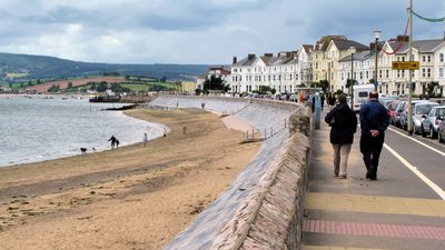 Exmouth seafront in South Devon arp (© By Photographed by Adrian Pingstone (on a chilly Monday before the school holidays, hence so few people) and placed in the public domain. (Own work) [Public domain], via Wikimedia Commons)