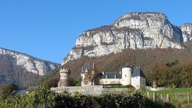 Château de la Bâtie (© By Pascal Blachier from Savoie, France (Château de La Bâtie-Seyssel) [CC BY 2.0 (http://creativecommons.org/licenses/by/2.0)], via Wikimedia Commons (original photo: https://commons.wikimedia.org/wiki/File:Ch%C3%A2teau_de_la_B%C3%A2tie.jpg))
