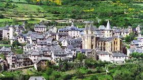 In Aveyron - Conques (© By Phillip Capper from Wellington, New Zealand (Flickr) [CC BY 2.0 (http://creativecommons.org/licenses/by/2.0)], via Wikimedia Commons (original photo: https://commons.wikimedia.org/wiki/File:Conques,_Aveyron,_France.jpg))