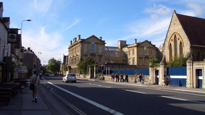 Woodstock Rd, Oxford (© By Grue (Own work) [GFDL (http://www.gnu.org/copyleft/fdl.html) or CC BY 3.0 (http://creativecommons.org/licenses/by/3.0)], via Wikimedia Commons (GFDL copy: https://en.wikipedia.org/wiki/GNU_Free_Documentation_License, original photo: https://commons.wikimedia.org/wiki/File:Woodstock_Rd,_Oxford.jpg))