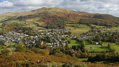 Ambleside & Waterhead Panorama, Cumbria (© Diliff [CC BY-SA 3.0 (https://creativecommons.org/licenses/by-sa/3.0)] (original photo: https://commons.wikimedia.org/wiki/File:Ambleside_%26_Waterhead_Panorama,_Cumbria,_England_-_Oct_2009.jpg))