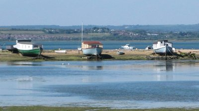 Houseboats at Hayling Island (© By Mark.murphy at English Wikipedia (Transferred from en.wikipedia to Commons.) [Public domain], via Wikimedia Commons)