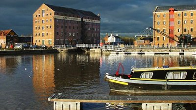 Gloucester Docks (© Mike Baldwin [CC BY-SA 2.0 (https://creativecommons.org/licenses/by-sa/2.0)], via Wikimedia Commons (original photo: https://commons.wikimedia.org/wiki/File:Gloucester_Docks.jpg))
