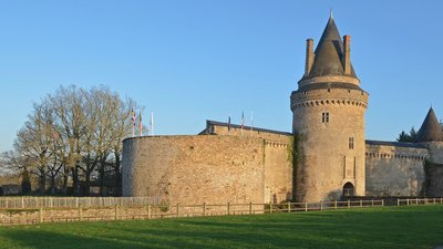 Local attractions - Chateau in Blain (© By Selbymay (Own work) [CC BY-SA 3.0 (http://creativecommons.org/licenses/by-sa/3.0)], via Wikimedia Commons (original photo: https://commons.wikimedia.org/wiki/File:Blain_-_Chateau_02.jpg))