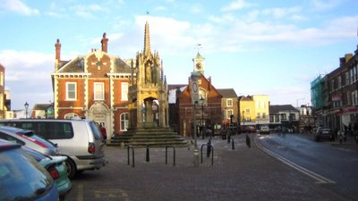 Leighton Buzzard: Market Square (© © Copyright Nigel Cox (http://www.geograph.org.uk/profile/2798) and licensed for reuse (http://www.geograph.org.uk/reuse.php?id=96736) under this Creative Commons Licence (https://creativecommons.org/licenses/by-sa/2.0/).)